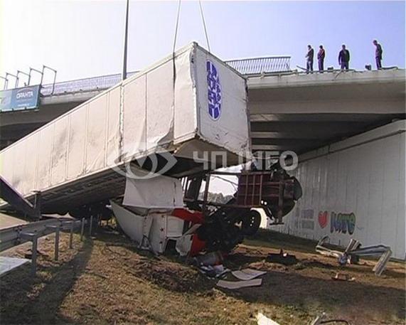 ДТП по Одесской трассе: фура слетела с моста
